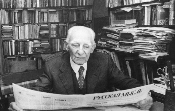П. Паскаль читает газету «